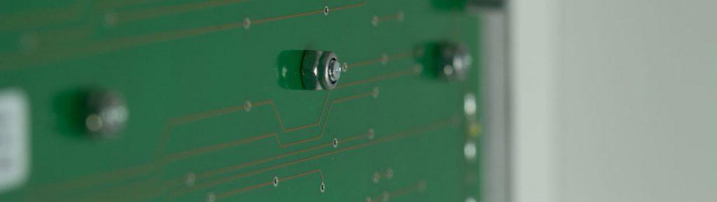 folientastatur-mit-aluminium-traegerplatte-und-schaltebene-auf-platinenbasis-und-einpresselementen
