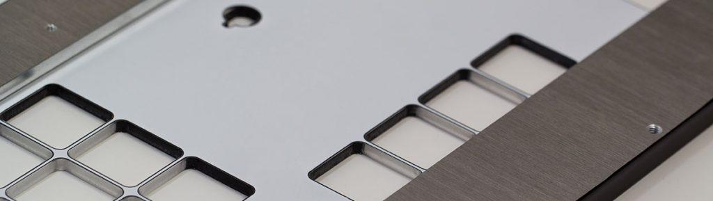 Rückseite der Frontblende aus gepulverter Aluminium Trägerplatte mit bedruckten Polycarbonatcover