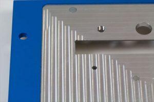 gefraeste-farbig-gepulverte-aluminium-traegerplatte-mit-einpresselementen