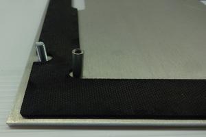 Flache Dichtung mit Trägerplatte und Bolzen